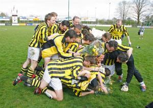 Het laatste signaal liet de feestvreugde losbarsten voor De Valk-spelers en hun aanhang. (foto Heidi Wils)