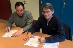Wilhelmina Boys-voorzitter Andor Jansen (rechts) en Ronny Everaerts ondertekenen de overeenkomst